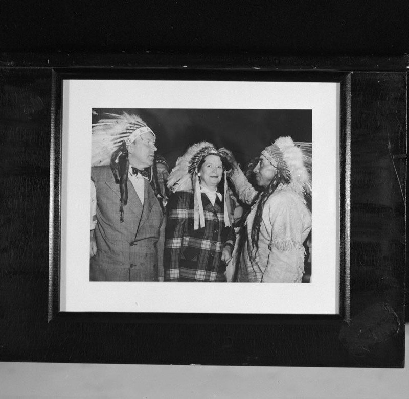 Lester B. Pearson, as Secretary for External Affairs, and Maryon Pearson, with Blackfoot Chief [Rufus Goodstriker]. Credit: Library and Archives Canada/C-090478.